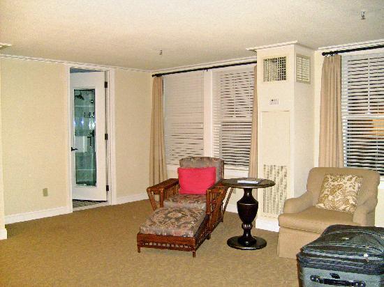 The Carolina Hotel - Pinehurst Resort: Bedroom reading area