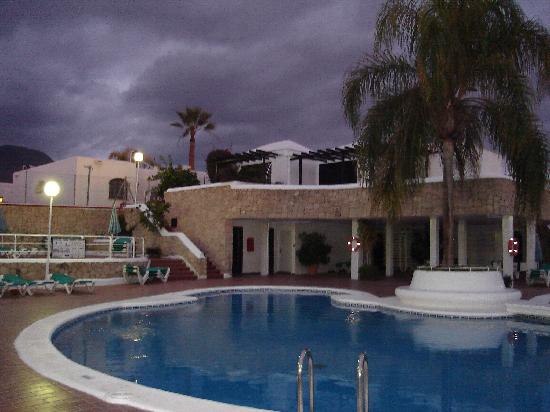 Los Cardones: Pool area - ignore the colour of the sky, we still wore t-shirts til 10pm every night!
