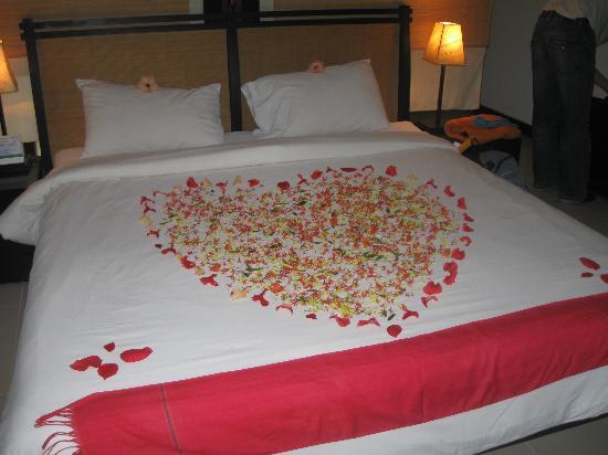 La Maison d'Angkor: Le lit à l'arrivée, avec de vraies fleurs