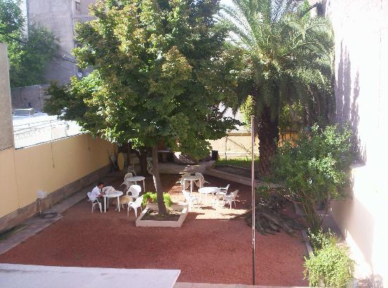 Punto Urbano Hostel: Confortable jardin