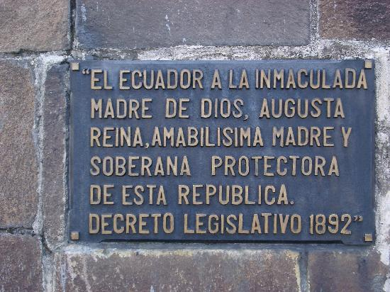 La Virgin del Panecillo: Plaque on the statue