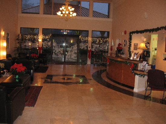 Howard Johnson Hotel and Suites Victoria Elk Lake: A pleasant open lobby with restaurant and bar attached