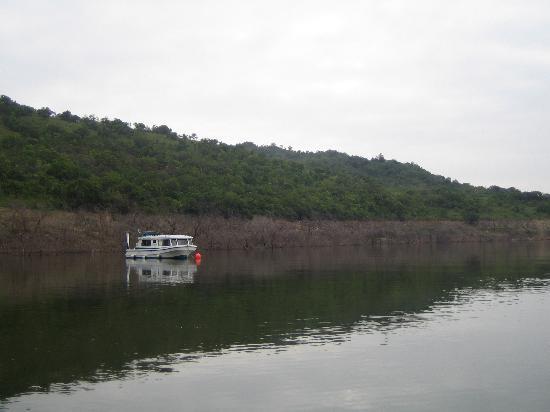 Hawane Resort : Houseboat on dam