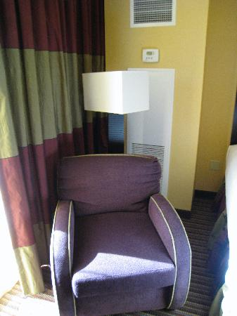 Eastside Cannery Casino & Hotel: Modern AC and sitting chair