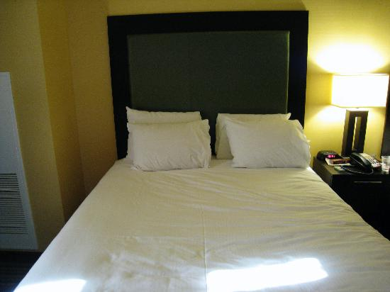 Eastside Cannery Casino & Hotel: Decent queen beds