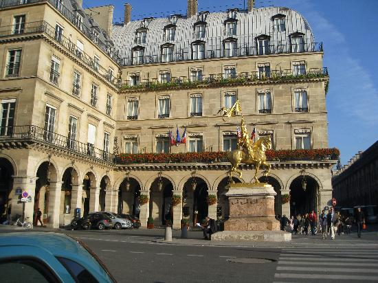 Hotel Regina Louvre: Outside of the Regina Hotel -- Joan of Arc stands guard