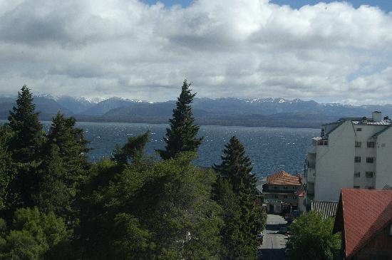Kenton Palace Hotel: Vista desde el cuarto hacia el lago y montana.