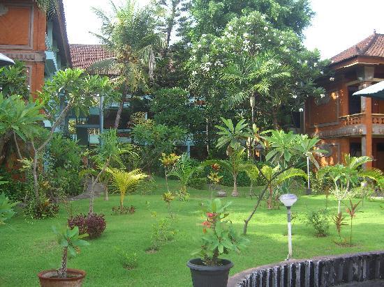 Bakungs Beach Hotel : 部屋の周囲には小さな庭があります。