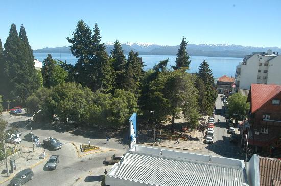 Kenton Palace Hotel: Vista hacia la plaza, lago y montanas.