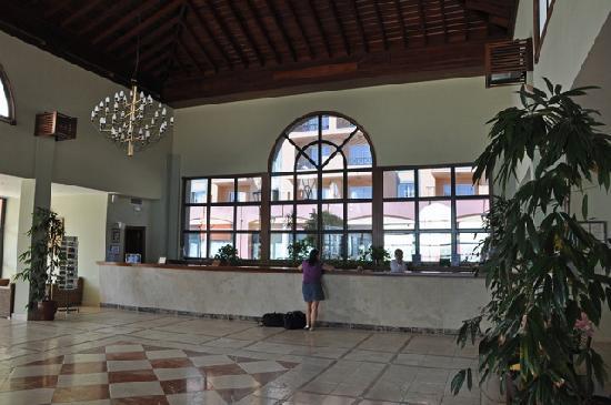 Hotel Las Olas: Reception desk