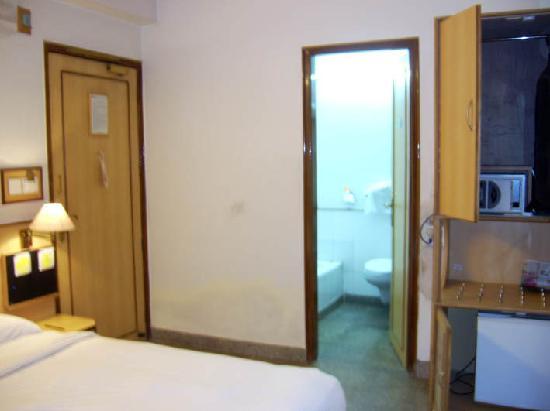 Hotel Swati Deluxe: Swati Hotel habitación vista parcial 1