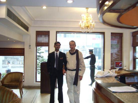 Hotel Swati Deluxe: Gupta. Swati  receptionista de la noche