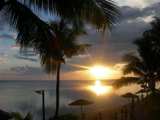Outrigger Fiji Beach Resort: Sunset at Sundowner Restaurant