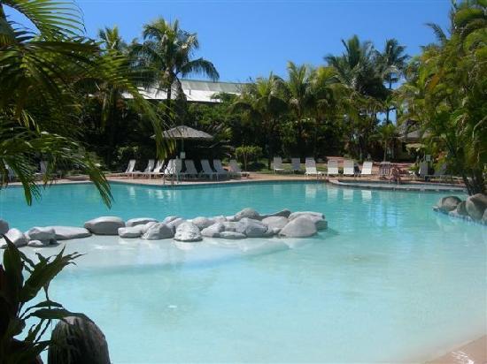 Outrigger Fiji Beach Resort : Outrigger Poolside
