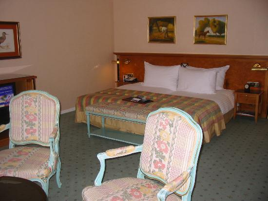 Fairmont Le Montreux Palace: The comfy bed and lovely furnishings.