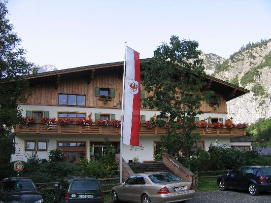 Pertisau, Österreich: the main entranc of the hotel