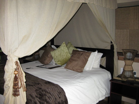 Inyati Game Lodge: Four poster bed - very comfortable mattress
