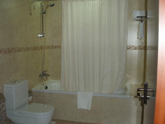 Grand Moov Hotel: bath