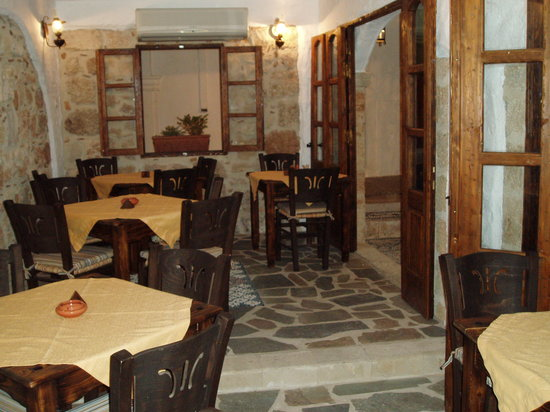 To Kamariko Taverna: One of the indoor eating areas