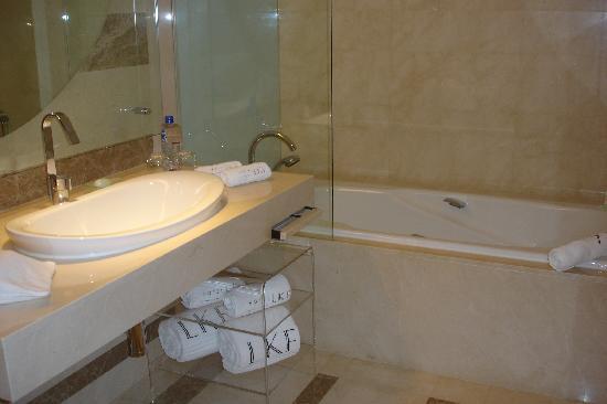 Hotel LKF By Rhombus: Badezimmer