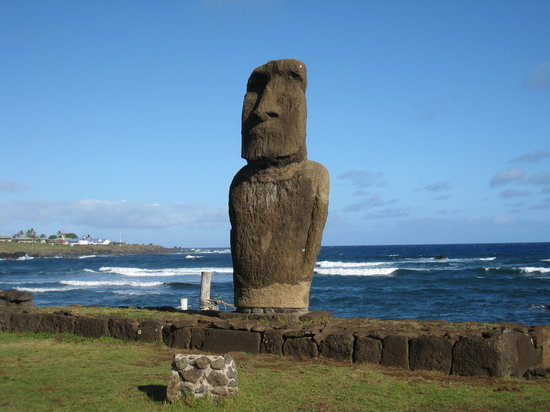 Wyspa Wielkanocna, Chile: Solitary Moai Beside Pacific Ocean