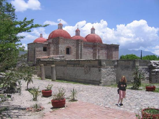 San Pablo Villa de Mitla, Mexico: Nearby church