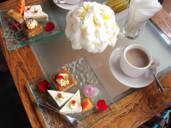 Maya Ubud Resort & Spa: アフタヌーンティーサービス。インドネシアのお菓子を体験できる貴重な時間です。