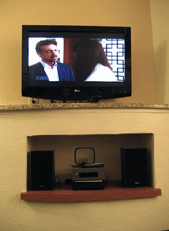 Fairfield Inn & Suites Houma: Large Flatscreen TV & mp3 stereo player