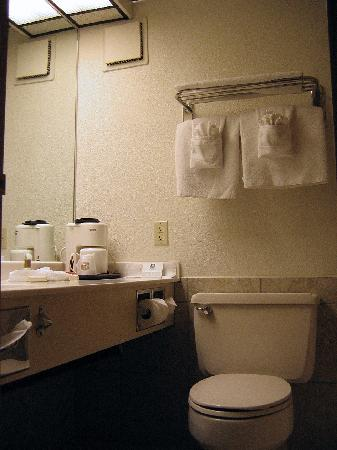 Best Western Plus Longbranch Hotel & Convention Center: bathroom