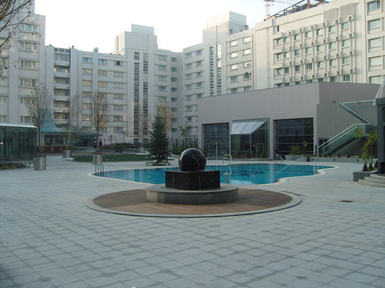 Radisson Blu Hotel Bucharest: Outdoor Pool at Radisson (Seasonal)