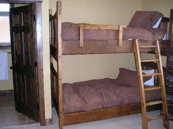 Northstar Mountain Village Resort : Bunk beds in a room that also has a double bed and ensuite.