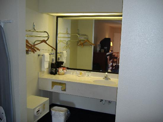Magnuson Inn and Suites Gulf Shores: sink