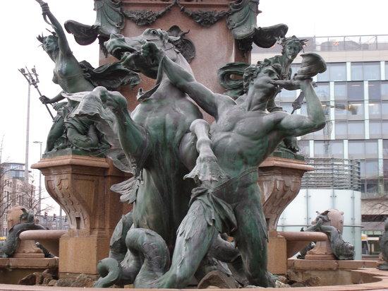 Leipzig Marriott Hotel: Ornate fountain