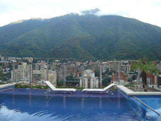 Pestana Caracas Premiun City & Conference Hotel: la piscina en el último piso dónde también hay un bar de copas.