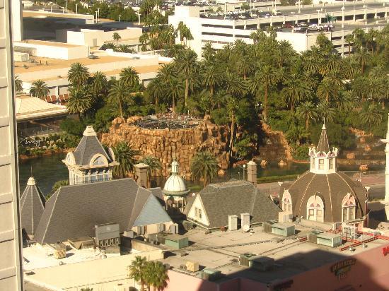 Harrah's Las Vegas Hotel & Casino: view of Mirage Vulcano from my hotel window