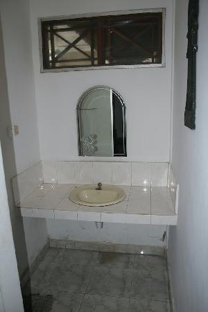 Agung & Sue Watering Hole II: le lavabo de la chambre
