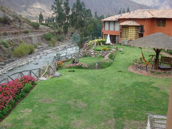 Urubamba Boutique Lodge : Lodge setting on river