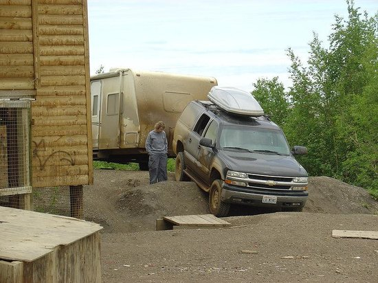 Yukon, Kanada: Wrong Way to the Gas Pumps in Fort McPherson