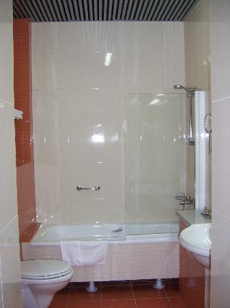 Victoria Hotel & Business Centre: Bathroom