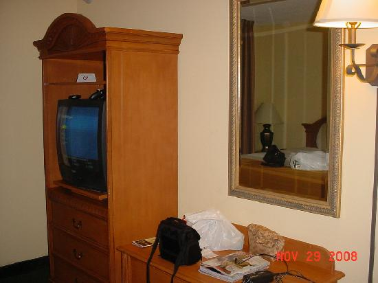 Holiday Inn Express Hotel & Suites - Veteran's Expressway: Nice size room with seperate TV