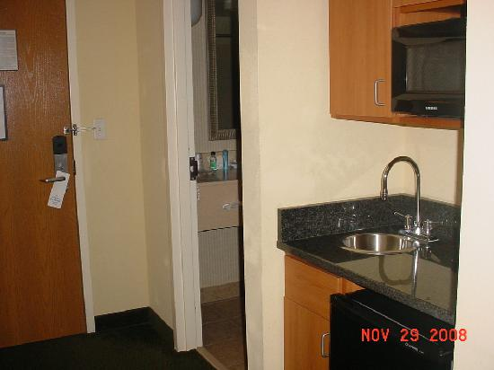 Holiday Inn Express Hotel & Suites - Veteran's Expressway : Very small kitchenett area- but very useful