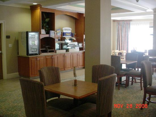 Holiday Inn Express Hotel & Suites - Veteran's Expressway: Nice lounge area where free buffet breakfast is served
