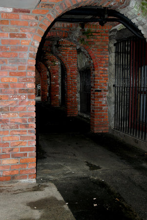 Ghostly Walks Walking Tours: Creepy covered passageway