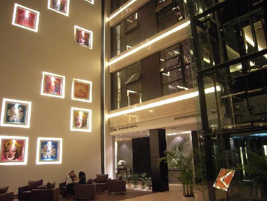 Crystal Orange Hotel: Lobby with Marilyn Monroe
