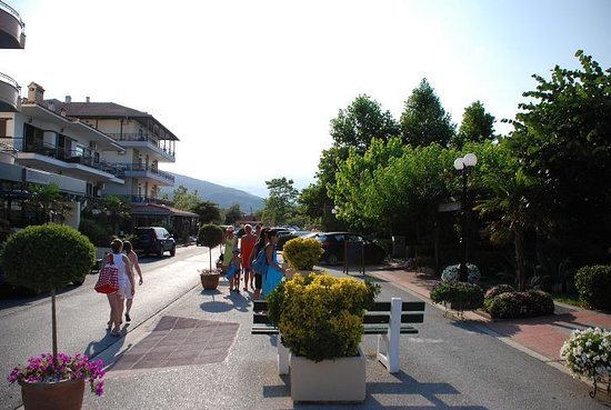 Neoi Poroi, Hellas: the village