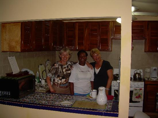 Contadora Island Inn: Iris with Natanya and Elske in the kitchen