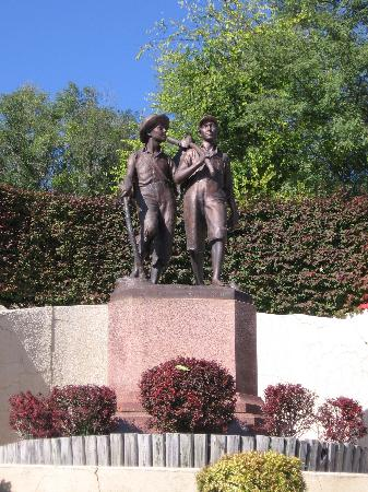 Hannibal, MO: Tom and Huck Statue