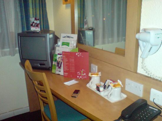Campanile Hotel Milton Keynes - Fenny Stratford: Desk