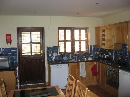 Harbour View Apartments: Kitchen