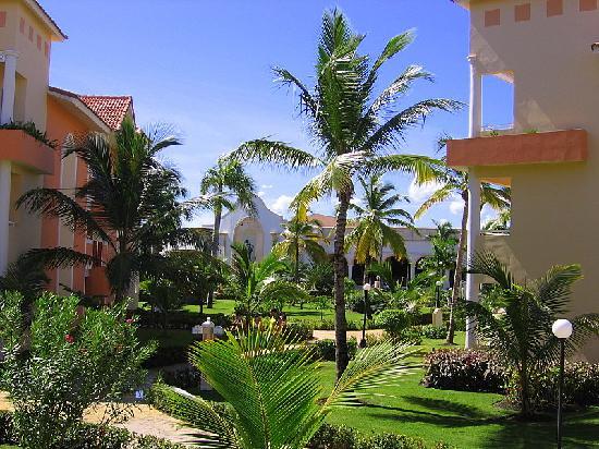Grand Bahia Principe Bavaro: Le bâtiment au fond,  c'est la place où il y a des spectacles et des restaurants.